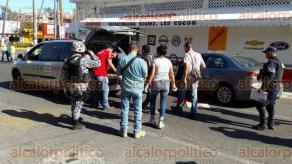 Veracruz, Ver. 23 de enero de 2017.- La tarde de este lunes, elementos de la Policía Estatal, Naval y autoridades ministeriales acudieron a la esquina de Alcocer y Nezahualcóyotl, en pleno Centro de la ciudad, donde un hombre identificado como un piloto aviador murió de un disparo.