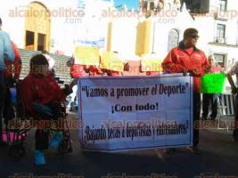Xalapa, Ver., 24 de enero de 2017.- Con cartulinas en mano, deportistas discapacitados reprocharon a las autoridades: