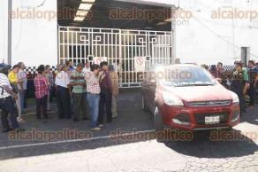 Veracruz, ver., 24 de enero de 2017.- Trasladan en camión de SSP a los 15 oficiales de Tránsito que dieron de baja, serán interrogados respecto a irregularidades en las que se les involucra. Familiares acudieron a la Delegación de Tránsito para pedir informes.