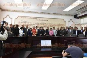Xalapa, Ver., 24 de enero de 2017.- La mañana de este martes, el alcalde Américo Zúñiga, entregó reconocimientos y tomó de protesta a los integrantes del primer cabildo digital de Xalapa.