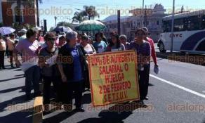 Orizaba, Ver., 24 de enero de 2017.- Como en otras partes del Estado, trabajadores del SETSUV salieron a las calles para exigir 20 por ciento de aumento salarial; si no llegan a un acuerdo con la Universidad Veracruzana, se irán a la huelga