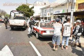 Veracruz, Ver., 18 de febrero de 2017.- Vecinos y automovilistas alertaron a cuerpos de Seguridad Pública sobre la privación de la libertad de un joven de 17 años, tras operativo se ubicó al taxi en el que era transportado sobre las avenidas Cuauhtémoc y Benito Juárez.