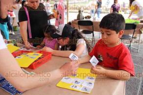 """Xalapa, Ver., 19 de febrero de 2017.- En el paseo de Los Lagos se instaló la """"Caravana de la Ciencia"""" para que los niños participen en los diversos talleres que realizan."""