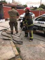 Xalapa, Ver., 19 de febrero de 2017.- Bomberos y personal de PC municipal entraron a los patios traseros de casas de la unidad INFONAVIT Pomona para poder llegar a un terreno que se quemaba, la tarde de este domingo.