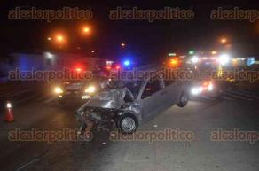 La Antigua, Ver., 19 de febrero de 2017.- Durante la madrugada de este domingo, un automóvil compacto se estrelló contra el remolque de un tractocamión que se se disponía a pagar en una caseta de cobro de la carretera Veracruz-Cardel. Los tripulantes quedaron atrapados en la cabina.