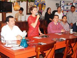 Papantla, Ver., 20 de febrero de 2017.- La presidenta de EDECOM, María Guadalupe Meza, junto con el vocal ejecutivo, Francisco Herrera, organizaron un festejo dentro del marco del Día del Amor y la Amistad, con la finalidad de convivir con los representantes de los medios de comunicación.