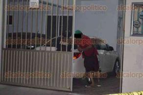 Veracruz, Ver., 19 de febrero de 2017.- Elementos policiacos y peritos acudieron a un domicilio de la colonia Astilleros, donde 3 sujetos armados que se transportaban en un Chevy blanco llegaron con la intención de robar. Los propietarios se refugiaron dentro, pero los presuntos ladrones forzaron la puerta, iniciando un enfrentamiento del que huyeron.