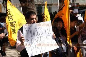 Ciudad de México, 20 de febrero de 2017.- Un grupo de perredistas, encabezados por la secretaria del PRD, Beatriz Mójica, protestó contra la política migratoria de Estados Unidos. Militantes, con el lema