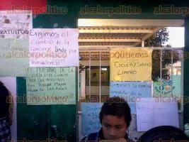 Rafael Lucio, Ver., 20 de febrero de 2017.- Continúa manifestación por asociación de padres de familia, en la escuela