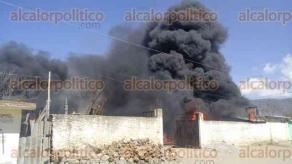 Perote, Ver., 20 de febrero de 2017.- Fuerte incendio en la comunidad de La Gloria perteneciente a este municipio, al parecer se trata de un depósito de gasolina clandestino.