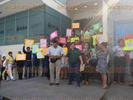 Xalapa, Ver., 20 de febrero de 2017.- Con plantón afuera de las oficinas centrales del IVEA, la tarde de este lunes, empleados adheridos al Sindicato Nacional de Trabajadores de la Educación para los Adultos (SNTEA) reclamaron pagos pendientes.