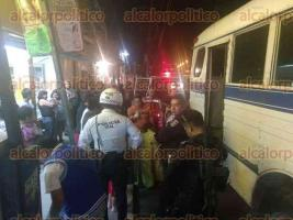 Xalapa, Ver., 20 de febrero de 2017.- Paramédicos de Escuadrón Nacional de Rescate acudieron a atender a una mujer que fue arrastrada varios metros por un autobús de la línea ATB que le prensó un pie con la puerta trasera, en la avenida México.