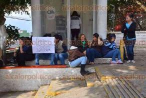 Xalapa, Ver., 21 de febrero de 2017.- Personal de la Jurisdicción Sanitaria número 5, se manifestó a fuera de la Secretaría de Salud para exigir el pago de la campaña efectuada contra la influenza.