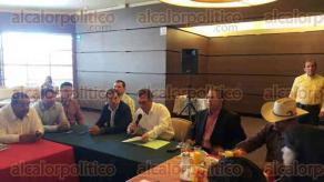 Xalapa, Ver., 22 de febrero de 2017.- Encabezados por el senador José Francisco Yunes Zorrilla, este miércoles se reunieron alcaldes de todo el Estado para analizar la falta de pago del Gobierno estatal. Más tarde se incorporarían diputados locales para analizar la reestructura de la deuda.