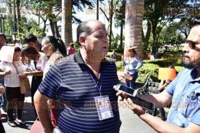 """Xalapa, Ver., 22 de febrero de 2017.- Miembros de la organización Pueblos Unidos por Veracruz, liderados por su dirigente Juan Piedra Moctezuma, protestaron en el Parque """"Juárez"""" para exigir obras públicas."""