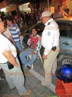 Veracruz, Ver., 22 de febrero de 2017.- La noche de este miércoles paramédicos de la Cruz Roja trasladaron al Hospital Regional a una mujer que fue atropellada por un motociclista en la calle Ignacio Allende, en el Centro de la ciudad.