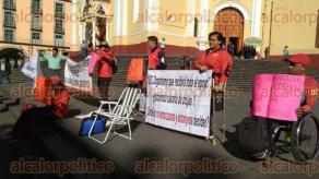 Xalapa, Ver., 23 de febrero de 2017.- Deportistas veracruzanos protestan frente al Palacio de Gobierno; acusan reducción en el monto de las becas para el deporte discapacitado, por parte del Instituto Veracruzano del Deporte (IVD).