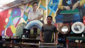 Xalapa, Ver., 23 de febrero de 2017.- En un taller de vitrales, ubicado en la calle de Ursulo Galván donde trabajan artesanos con discapacidades, Miguel Ángel Chaires logró plasmar su arte en los muros.
