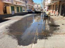 Veracruz, Ver., 23 de febrero de 2017.- Volvió a brotar la fuga de agua negras en la calle Madero, entre Arista y Serdán, en el Centro Histórico de este puerto. En el lugar hay enormes charcos de agua verde y pestilente que salpica a transeúntes cuando pasan los camiones urbanos.