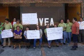 Veracruz, Ver., 23 de febrero de 2017.- Personal del Instituto Veracruzano de Educación para los Adultos Delegación Veracruz se manifestó pues la dependencia les debe viáticos y prestaciones. Piden que se liquide la deuda que se mantiene desde enero de 2016.
