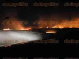 Minatitlán, Ver., 24 de febrero de 2017.- La noche de este viernes fue reportado el incendio de un largo tramo de los pastizales a un costado de la carretera Coatzacoalcos-Minatitlán, en la vía conocida como Las Matas.