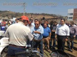 Xalapa, Ver., 25 de febrero de 2017.- El alcalde Américo Zúñiga entregó 13 motocarros recolectores de basura, tras la jubilación de igual número de caballos, en apego a la Ley de Protección Animal del Estado; el evento se desarrolló en el Centro de Salud Animal de El Castillo.
