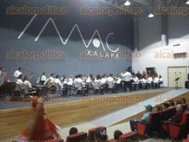 Xalapa, Ver., 25 de febrero de 2017.- Bajo la dirección de José Pérez Sánchez, la Orquesta Municipal de Xalapa se unió a las celebraciones por el centenario de la Constitución de la República con un concierto en el IMAC.