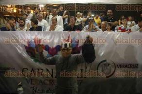 Veracruz, Ver., 26 de febrero de 2017.- Los integrantes de una de las comparsas del Carnaval de Veracruz, iban disfrazados del exgobernador, Javier Duarte; ataviados con trajes de presos, simulaban su detención.