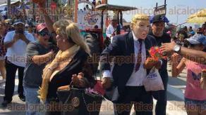 Veracruz, Ver., 26 de febrero de 2017.- En el segundo desfile de Carnaval, no podía faltar el disfraz de Donald Trump y el muro, lo cual arrancó los chiflidos de la gente.
