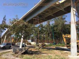 Xalapa, Ver., 26 de febrero de 2017.- Pueden apreciarse los avances en la obra del puente ciclopeatonal que atraviesa Circuito Presidentes a la altura de la USBI.