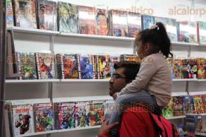 Ciudad de México, 25 de febrero de 2017.- Cientos de visitantes disfrutan de la XXXVIII Feria Internacional de Libro en el Palacio de Minería UNAM para conocer las novedades editoriales y aprovechar las ofertas en diversos artículos y libros.