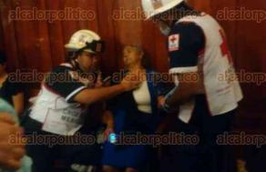Xalapa, Ver., 26 de febrero de 2017.- Paramédicos de la Cruz Roja atendieron a una mujer que se desmayó en el interior de la Catedral Metropolitana la tarde de este domingo; fue trasladada a un hospital para su debida atención.