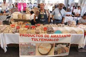 Ciudad de México, 27 de febrero de 2017.- Cientos de productos agrícolas, artesanales y gastronómicos locales y de otros estados y países se pueden disfrutar y adquirir en el Zócalo. La Secretaría de Desarrollo Económico de la CDMX abrió una oportunidad para reactivar la economía local.