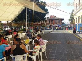 Coatepec, Ver., 27 de febrero de 2017.- Comerciantes ambulantes adheridos a AC mantienen un plantón a las afueras del Palacio Municipal. A casi una semana de permanecer ahí, no existe solución al conflicto.