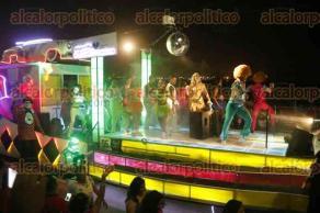Veracruz, Ver., 27 de febrero de 2017.- La noche de este lunes, turistas y locales disfrutaron del cuarto desfile del Carnaval de Veracruz. En este paseo se pudieron observar actores y actrices de televisión como Liz Vega, Isabel Madow, Héctor Soberón y Sara Corrales.