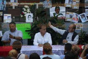 Veracruz, Ver., 22 de marzo de 2017.- El gobernador Miguel Ángel Yunes Linares acudió la tarde de este miércoles a la iglesia Nuestra Señora de la Merced para reunirse con familiares de desaparecidos y con el sacerdote y activista Alejandro Solalinde.