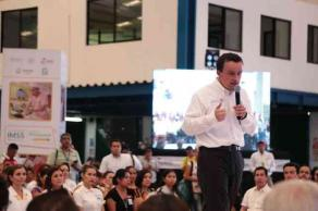 Veracruz, Ver., 22 de marzo de 2017.- Este miércoles, el director general del IMSS, Mikel Arriola Peñalosa, informó sobre la autorización oficial para impartir el primer año de preescolar en guarderías del instituto, además anunció la inversión de 761 millones de pesos para infraestructura y equipamiento en la entidad.