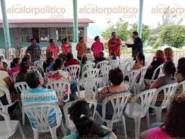 Poza Rica, Ver., 22 de marzo de 2017.- El supervisor de Zona Escolar 5, Jaime Larios Sánchez, se reunió con padres de familia de la Segundaría General número 6 para escuchar sus quejas.