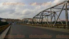 Tihuatlán, Ver., 22 de marzo de 2017.- Por media hora, taxistas de Poza Rica y Tihuatlán bloquearon el puente Cazones 1; fueron atendidos por elementos de la Delegación de Transporte Público y se retiraron para dialogar en privado.