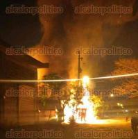 Veracruz, Ver., 22 de marzo de 2017.- Un patio habilitado como bodega en la avenida Lázaro Cárdenas se incendió este miércoles; se desconocen las causas del siniestro.