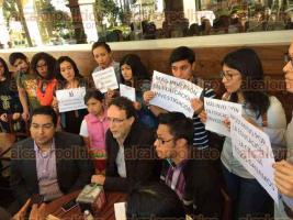 Xalapa, Ver., 23 de marzo de 2017.- Estudiantes y profesores de diferentes carreras de la UV, fijan posicionamiento luego del recorte que sufriera el programa de becas de posgrado por parte del CONACYT.
