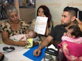 Veracruz, Ver., 23 de marzo de 2017.-En conferencia de prensa, los padres de Emmily manifestaron sentirse engañados por médicos del IMSS, quienes a darla de alta, firmaron una hoja dónde aseguraban el buen estado de salud de la bebé.