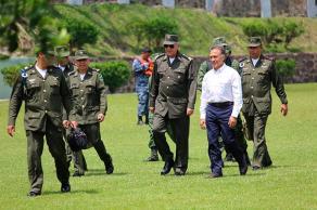 Tuxpan, Ver., 23 de marzo de 2017.- El secretario de la Defensa Nacional, Salvador Cienfuegos, visitó este jueves las instalaciones de la 19 Zona Militar, acompañado por el Gobernador.