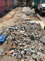 Veracruz, Ver., 23 de marzo de 2017.- Habitantes del barrio de La Huaca en este puerto, piden a las autoridades municipales celeridad para terminar la obra de remodelación de banquetas, pues debido a los trabajos inconclusos, deben caminar por la calle, a merced de ser atropellados por vehículos.