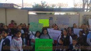 """Orizaba, Ver., 24 de marzo de 2017.- La mañana de este viernes padres de familia tomaron la escuela primaria """"Jaime Torres Bodet"""", ubicada en la unidad Fidel Velásquez y andador 7 de Enero de la avenida Orizaba."""