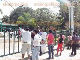 Xalapa, Ver., 24 de marzo de 2017.- Luego de una hora de manifestarse en la entrada de la SAGARPA, alrededor de las 11:30 horas, se le permitió el acceso a una Comisión de campesinos inconformes de Córdoba para exponer sus peticiones al Delegado.
