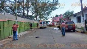 """Minatitlán, Ver., 24 de marzo de 2017.- Pasado el mediodía de este viernes, una mujer fue asesinada en la colonia Santa Clara, frente a la primaria """"Pablo Hernández Pérez"""", elementos policíacos acordonaron la zona."""