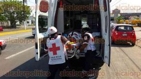 Veracruz, Ver., 24 de marzo de 2017.- Un señor de 77 años se golpeó la cabeza con el parabrisas y su esposa resultó con crisis nerviosa y dolor de cuello y piernas, luego que el taxi donde viajaban se estrellara contra un tráiler, a la altura del fraccionamiento Floresta.