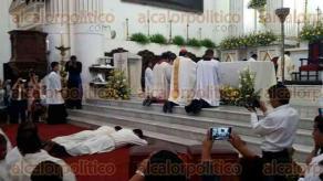 Orizaba, Ver., 24 de marzo de 2017.- Este viernes Gerardo Librado Panzo y Luis Trujillo Llame recibieron nueva vestimenta tras haber sido ordenados como diáconos.