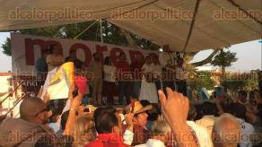 """Fortín, Ver., 24 de marzo de 2017.- """"Fuera candidatos prianistas"""", decía una manta que manifestantes llevaron al mitin del líder de MORENA, Andrés Manuel López Obrador, durante su visita a este municipio, por lo que fueron acusados de querer reventar la asamblea."""